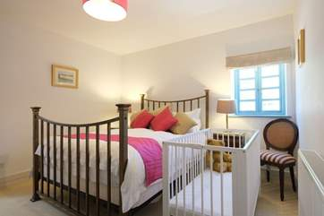 The 5' double room also provides a cot.