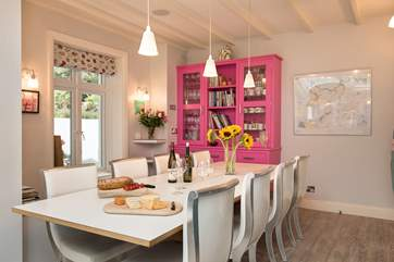 The dining-table can extend so you can all dine together.