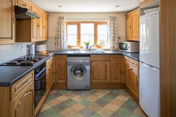 The well-equipped kitchen makes whipping up the evening meal a doddle.