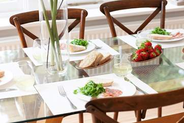 You can enjoy mealtimes while watching the children playing in the garden
