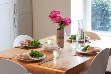 Enjoy mealtimes in style while enjoying the sea view