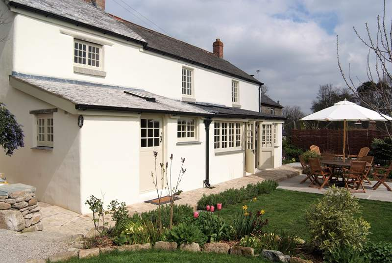 Gorgeous Jassamine cottage, set in beautiful gardens with fab views.