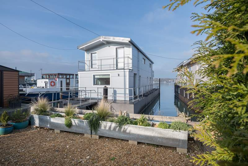 Welcome aboard to Spinnaker Houseboat.