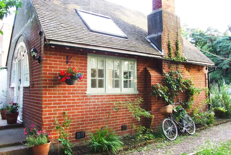 Charming Poppets Cottage awaits you.