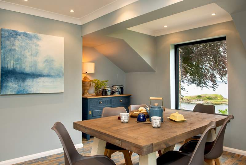 The view can be enjoyed around the dining-table too.