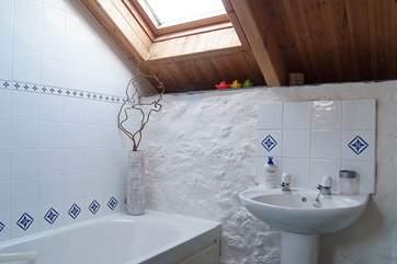 The bathroom en suite to the second double bedroom.