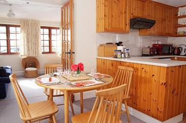 The cheerful kitchen/dining-room.